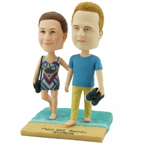 personalised couple bobblehead walking on sandbeach